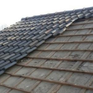 bij dakonderhoud aan dit dak is houtwerk vervangen en dakpannen