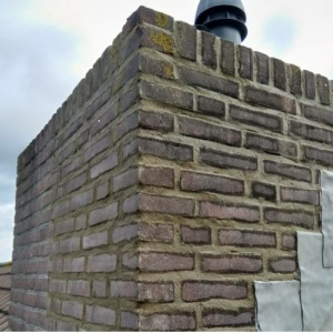 bij dit dakonderhoud is de schoorsteen opnieuw gevoegd en voorzien van loodwerk